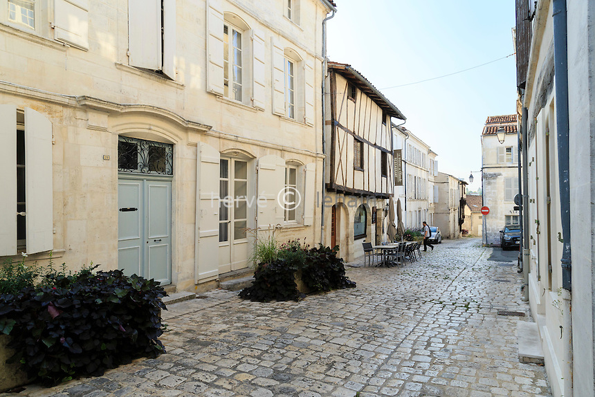 France, Charente (16), Cognac, rue Grande dans la vieille ville