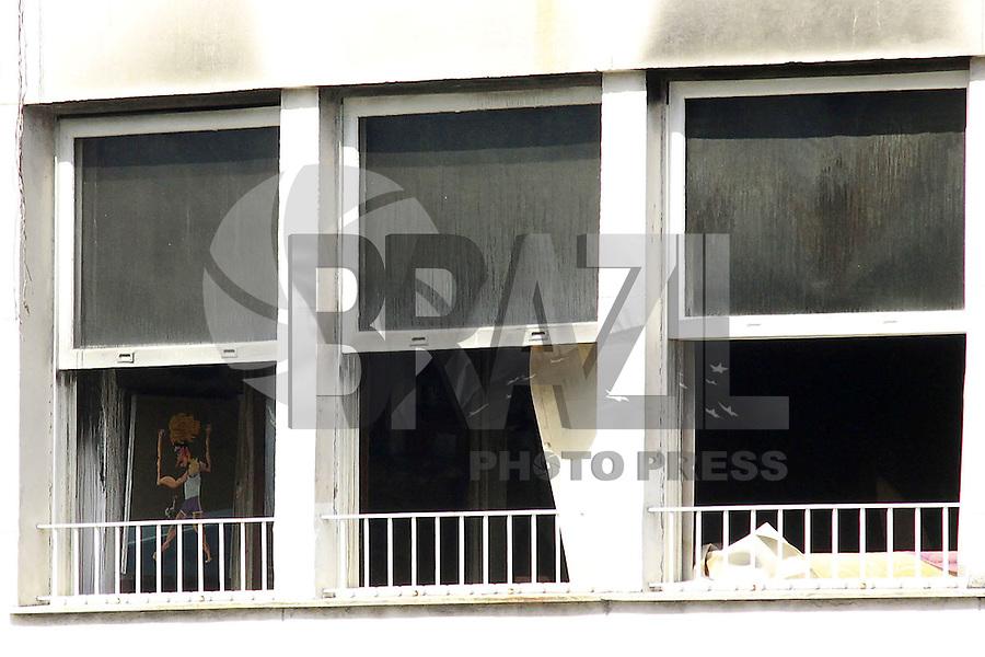 RIO DE  JANEIRO,RJ,14 DE  AGOSTO DE 2012- PERÍCIA CORPO DE  BOMEBEIRO- Perítos  do Corpo de  Bombeiros, realizam no início d a tarde  desta  terça-feira, a perício no edifío Príncipe de Nassau nº193 na Rua Barata Ribeiro, em Copacabana para periciar  a  cobertura  incendiada  na  noite  de segunda-feira(13) .<br /> Guto Maia Brazil Photo Press