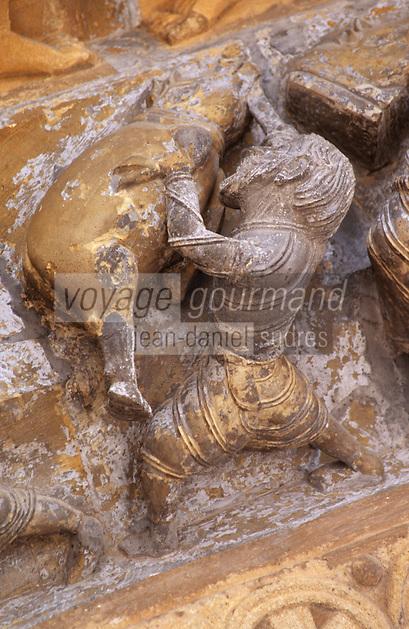 Europe/France/Aquitaine/64/Pyrénées-Atlantiques/Oloron-Sainte-Marie: Détail du portail roman de la cathédrale Sainte-Marie -la mort du cochon :Tuade