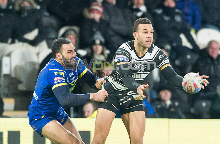 Picture by Allan McKenzie/SWpix.com - 02/03/2018 - Rugby League - Betfred Super League - Hull FC v Warrington Wolves - KC Stadium, Kingston upon Hull, England - Carlos Tuimavave offloads as Ryan Atkins tackles him.