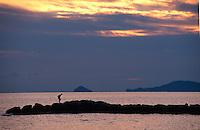 Italien, Toskana, Sonnenuntergang am Strand von Massa