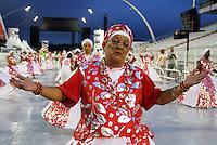 SÃO PAULO, SP, 11 DE FEVEREIRO DE 2012 - ENSAIO LEANDRO - Integrante  durante ensaio técnico da Escola de Samba Leandro de Itaquera na preparação para o Carnaval 2012. O ensaio foi realizado na noite deste sabado (11) no Sambódromo do Anhembi, zona norte da cidade.FOTO ALE VIANNA - NEWS FREE