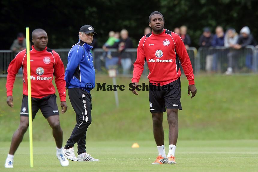 Trainer Armin Veh beobachtet Constant Djakpa und Olivier Occean (Eintracht) - Eintracht Frankfurt Trainingsauftakt