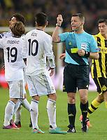 FUSSBALL  CHAMPIONS LEAGUE  HALBFINALE  HINSPIEL  2012/2013      Borussia Dortmund - Real Madrid              24.04.2013 Schiedsrichter Bjoern Kuipers (re) zeigt Mesut Oezil (Real Madrid) die Gelbe Karte, als Reaktion auf die Forderung von Oezil seinen Gegenspieler zu verwarnen