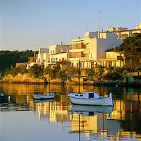 Spain, Balearic Islands, Mallorca, Portopetro: View of town at sunrise | Spanien, Balearen, Mallorca, Portopetro: Stadtansicht bei Sonnenaufgang