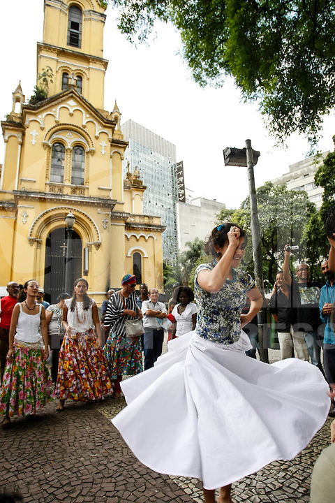 ATENCAO EDITOR FOTO EMBARGADA PARA VEICULO INTERNACIONAL - SAO PAULO, SP, 20/11/2012, DIA DA CONCIENCIA NEGRA- IGREJA FECHADA- Igreja de Nossa Senhora do Rosário dos Homens Pretos, Largo do Paissandu, s/n, centro de Sao Paulo. Na foto grupo cupuacu realiza performance na frente da igreja.FOTO VAGNER CAMPOS/ BRAZIL PHOTO PRESS