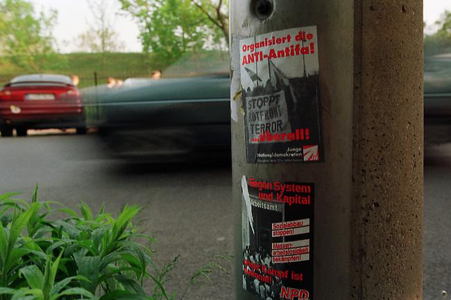 Propagandaaufkleber der Jungen Nationaldemokraten (JN), der Jugendorganisation der NPD in Leipzig, auf denen zu direkten Aktionen gegen alles was als Antifa bezeichnet wird aufgerufen wird und mit sozialen Parolen gegen Arbeitslosigkeit und Kapitalismus.<br /> 30.4.1998, Leipzig<br /> Copyright: Christian-Ditsch.de<br /> [Inhaltsveraendernde Manipulation des Fotos nur nach ausdruecklicher Genehmigung des Fotografen. Vereinbarungen ueber Abtretung von Persoenlichkeitsrechten/Model Release der abgebildeten Person/Personen liegen nicht vor. NO MODEL RELEASE! Nur fuer Redaktionelle Zwecke. Don't publish without copyright Christian-Ditsch.de, Veroeffentlichung nur mit Fotografennennung, sowie gegen Honorar, MwSt. und Beleg. Konto: I N G - D i B a, IBAN DE58500105175400192269, BIC INGDDEFFXXX, Kontakt: post@christian-ditsch.de<br /> Bei der Bearbeitung der Dateiinformationen darf die Urheberkennzeichnung in den EXIF- und  IPTC-Daten nicht entfernt werden, diese sind in digitalen Medien nach &sect;95c UrhG rechtlich geschuetzt. Der Urhebervermerk wird gemaess &sect;13 UrhG verlangt.]