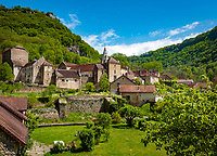 Frankreich, Bourgogne-Franche-Comté, Département Jura, Baume-les-Messieurs: klassifiziert als eines der schoensten Doerfer Frankreichs (Plus beaux villages de France) - mit der  Benediktinerabtei Saint-Pierre | France, Bourgogne-Franche-Comté, Département Jura, Baume-les-Messieurs: classified as one of France's most beautiful villages (Plus beaux villages de France) - with former Benedictine Baume Abbey