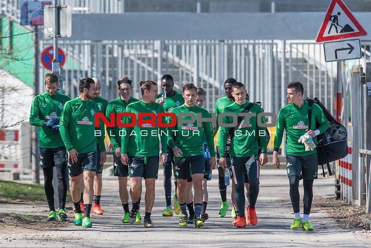 27.03.2017, Trainingsgelaende, Bremen, GER, 1.FBL, Training Werder Bremen<br /> <br /> im Bild<br /> Felix Wiedwald (Bremen #42), Claudio Pizarro (Bremen #14), Luca Caldirola (Bremen #3), Aron J&oacute;hannsson / Johannsson (Bremen #9), Max Kruse (Bremen #10), Lamine San&eacute; / Sane (Bremen #26), Robert Bauer (Bremen #4), Florian Kainz (Bremen #7), Ousman Manneh (Bremen #47), Maximilian Eggestein (Bremen #35), Michael Zetterer (Bremen #30) auf dem Weg zum Trainingsplatz, <br /> <br /> Foto &copy; nordphoto / Ewert