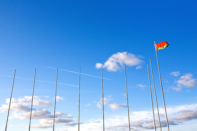 Die belarussische Flagge hängt zwischen leeren Masten. Nachdem man die EU Botschafter im Februar 2012 zurückrief, wurden die Falggen abgenommen. / Belarussian flag is among numerous empty flagpoles. After the EU ambassadors recall for counselling as to diplomatic conflict, EU flags were taken off in Minsk.