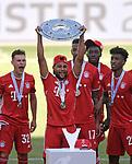 27.06.2020, Fussball: nph00001 1. Bundesliga 2019/2020, 34. Spieltag, VfL Wolfsburg - FC Bayern Muenchen, in der Volkswagen-Arena Wolfsburg. Siegerehrung nach dem Spiel: Der FC Bayern MŸnchen feiert den Gewinn der 30. Deutschen Meisterschaft. Serge Gnabry (mi., Bayern MŸnchen) mit der Schale<br /><br />Foto: Bernd Feil/M.i.S./ /Pool/nordphoto<br /><br />Nur fŸr journalistische Zwecke! Only for editorial use! <br /><br />GemŠ§ den Vorgaben der DFL Deutsche Fussball: nph00001 Liga ist es untersagt, in dem Stadion und/oder vom Spiel angefertigte Fotoaufnahmen in Form von Sequenzbildern und/oder videoŠhnlichen Fotostrecken zu verwerten bzw. verwerten zu lassen. DFL regulations prohibit any use of photographs as image sequences and/or quasi-video.    <br /><br />National and international NewsAgencies OUT.