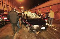 Napoli 21/01/05 Rione dei fiori scampia l'auto dei carabinieri danneggiata durante il tentativo di impedire l'arresto di Cosimo di Lauro reggente dell'omonimo clan