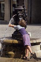 Europe/France/Midi-Pyrénées/46/Lot/Vallée du Lot/Saint-Céré : Place de Mercadial - Enfant sur la fontaine