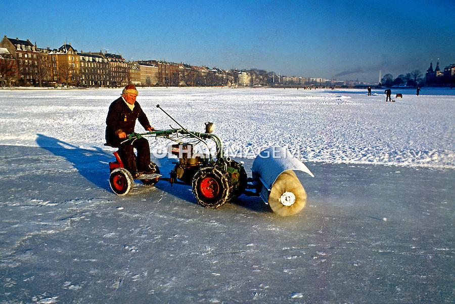 Rio congelado em Copenhague. Dinamarca. 1985. Foto de Juca Martins.
