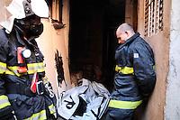 SAO PAULO, SP 07 de julho 2013-Os 3 corpos da vitimas do incendio,  um incêndio de grandes proporções destrui cerca de 40 moradias e desalojou cerca de 250 famílias da Comunidade da Ilha, na região de Heliópolis, zona sul de São Paulo, na madrugada deste domingo (7)_  ADRIANO LIMA / BRAZIL PHOTO PRESS).