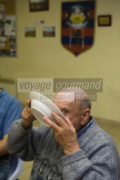 Europe/France/Aquitaine/40/Landes/Gabarret: Troisième mi-temps au siège du club de rugby  service de la soupe et chabrot par un vieux membre du club