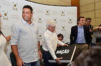 """ATENÇÃO EDITOR FOTO EMBARGADA PARA VEÍCULOS INTERNACIONAIS - SAO PAULO, SP, 22 DE NOVEMBRO DE 2012 – LANÇAMENTO DO LIVRO OFICIAL DA F1: Ronaldo (c) e Bernie Ecclestone (d) durante lançamento do livro """"Formula 1™ Opus"""" no Brasil, livro oficial da Fórmula 1™, e anúncio da joint venture firmada entre as editoras Toriba Editora e a Opus (UK) na noite desta quinta feira (22) no Hotel Transamerica em São Paulo . FOTO: LEVI BIANCO - BRAZIL PHOTO PRESS"""