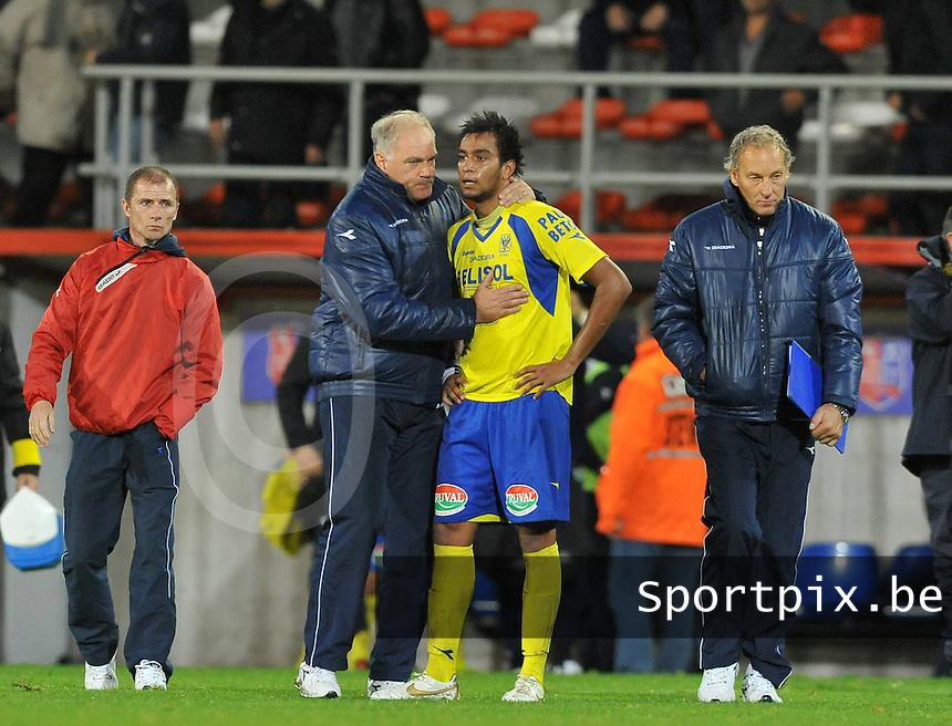 Moeskroen Peruwelz - Sint-Truidense VV  : Pierre-Yves Ngawa getroost door zijn coach Guido Brepoels.foto VDB / BART VANDENBROUCKE