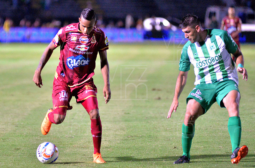 IBAGUÉ - COLOMBIA, 06-06-2018: Sebastian Villa (Izq) jugador de Deportes Tolima disputa el balón con Diego Braghieri (Der) jugador de Atletico Nacional durante partido de ida por la final de la Liga Águila I 2018 jugado en el estadio Manuel Murillo Toro de la ciudad de Ibagué. / Sebastian Villa (L) player of Deportes Tolima vies for the ball with Diego Braghieri (R) player of Atletico Nacional during first leg match for the final of the Aguila League I 2018 played at Manuel Murillo Toro stadium in Ibague city. Photo: VizzorImage / Juan Carlos Escobar / Cont