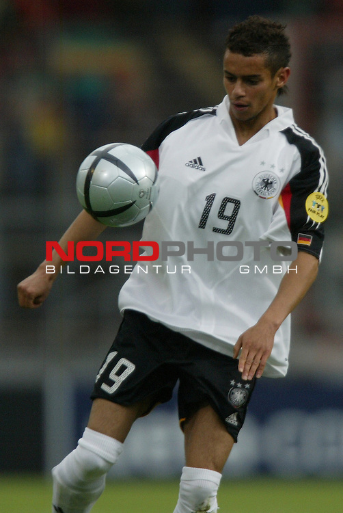 U21 - EM 2004 - Gruppe B<br /> Deutschland vs. Portugal 1:2<br /> Mimoun Azaouagh von Deutschland.<br /> Foto &copy; nordphoto - Ruediger Lampe<br /> <br />  *** Local Caption *** Foto ist honorarpflichtig! zzgl. gesetzl. MwSt.<br />  Belegexemplar erforderlich<br /> Adresse: nordphoto<br /> Georg-Reinke-Strasse 1<br /> 49377 Vechta