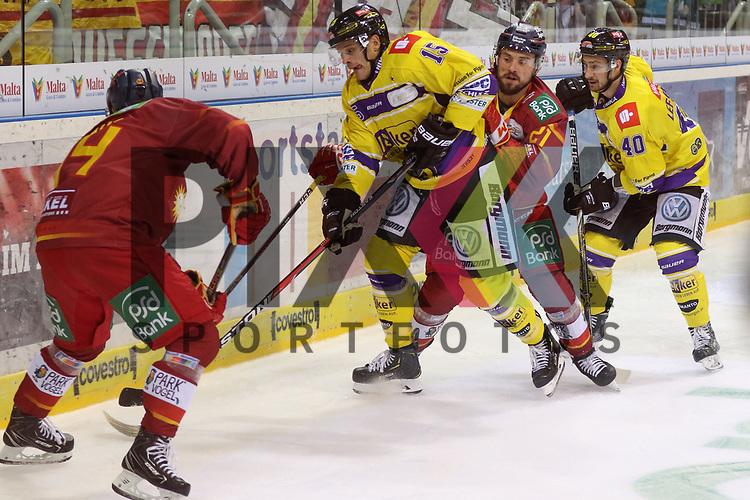 Duesseldorfs Lukas Laub (Nr.94) und Duesseldorfs Patrick Buzas (Nr.21) im Kampf um die Scheibe gegen Krefelds JamesBettauer (Nr.15)  und Krefelds MartinLefebvre (Nr.40)  beim Spiel in der DEL, Duesseldorfer EG (rot) - Krefeld Pinguine (gelb).<br /> <br /> Foto © PIX-Sportfotos *** Foto ist honorarpflichtig! *** Auf Anfrage in hoeherer Qualitaet/Aufloesung. Belegexemplar erbeten. Veroeffentlichung ausschliesslich fuer journalistisch-publizistische Zwecke. For editorial use only.