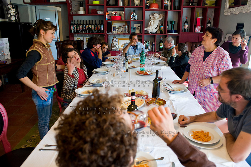 The workers at the Castello Romitorio winery farm during their pause after the harvest..Il pranzo pausa durante la vendemmia all'azienda agricola...
