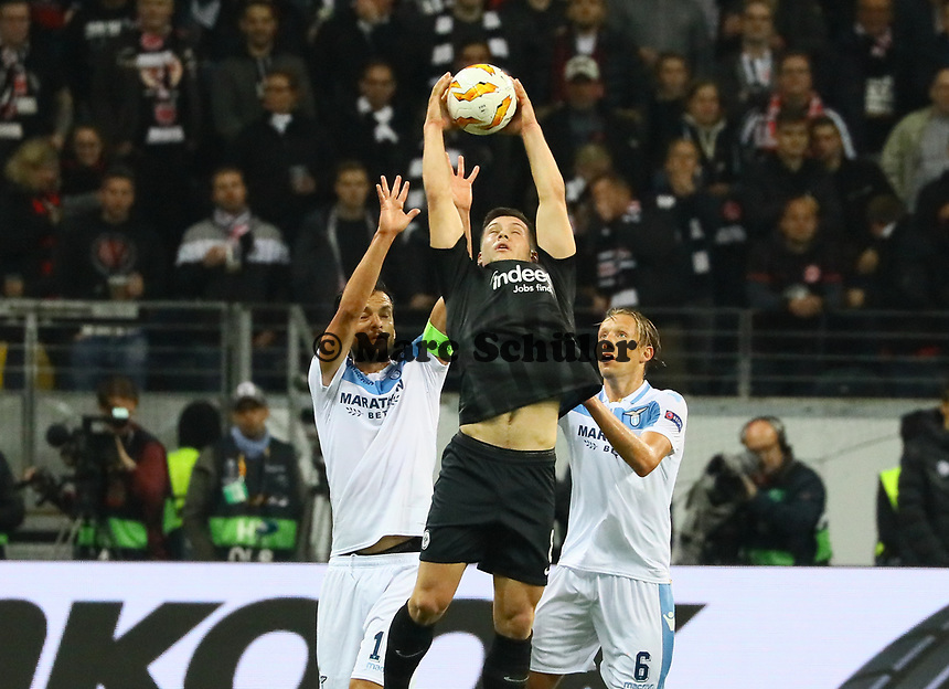 Luka Jovic (Eintracht Frankfurt) hat den Ball gegen Marco Parolo (Lazio Rom) - 04.10.2018: Eintracht Frankfurt vs. Lazio Rom, UEFA Europa League 2. Spieltag, Commerzbank Arena, DISCLAIMER: DFL regulations prohibit any use of photographs as image sequences and/or quasi-video.