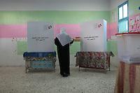 23 ottobre 2011 Tunisi, elezioni libere per l'Assemblea Costituente, le prime della Primavera araba: una donna di spalle entra nella cabina elettorale.<br /> premieres elections libres en Tunisie octobre <br /> tunisian elections