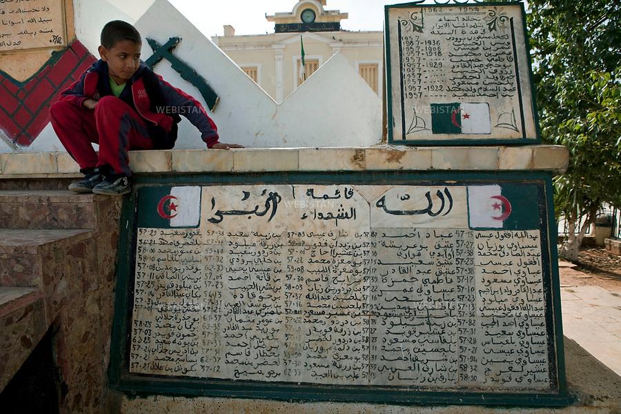 Algerie. Village El Malah _ Rio Salado. 14 Avril 2011. <br /> Sur la place de la mairie, des ecoliers s'amusent autour d'un monuments dedie aux martyrs morts durant la guerre d'Algerie (1954 - 1962).<br /> <br /> <br /> El Malah_Rio Salado, Algeria. April 14th 2011<br /> At the town hall square, school children amuse themselves around monuments dedicated to the martyrs who died during the Algerian war (1954-1962).
