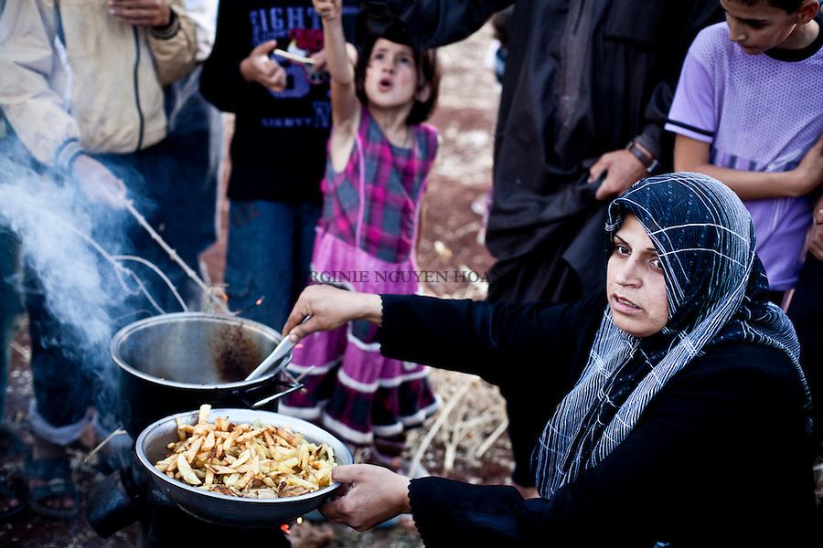 Every day, they are more than 500 syrian refugees to drive all the way from Aleppo and its countryside to the Turkish border to escape daily bombing. In total, 100.000 Syrian refugees now live at the Syrian-Turkish border. The poorest sleep under plastic tents in the no man's land between the two countries. .Chaque jour, ils sont plus de 500 réfugiés syriens  à arriver d'Alep et de ses provinces bombardées jusqu'à la frontière turque, dans l'espoir de mettre leur famille à l'abri. En tout, 100.000 réfugiés syriens vivent aujourd'hui en Turquie. Les plus pauvres d'entre eux sont logés sous des tentes précaires, dans le no man's land qui sépare les deux pays.