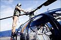 Février 2009/ Océan Indien/ Pont d'envol/ Vérification de de l'Alouette 3 par le pilote avant le décollage.