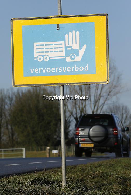 Foto: VidiPhoto<br /> <br /> DODEWAARD - Pluiveehouders in de driehoek Dodewaard, Ochten en Opheusden worden zwaar getroffen door het vervoersverbod in verband met de vogelgriep. Doordat er in Boven-Leeuwen vier bedrijven met  244.000 kippen geruimd zijn (waarvan drie preventief) geldt een vervoersverbod in een straal van 10 kilometer. Daar valt een groot deel van de Betuwe onder, waaronder de plaatsen Dodewaard, Ochten en Opheusden waar zich relatief veel en grote pluimveebedrijven bevinden. De NVWA heeft daarom tientallen borden laten plaatsen waarop het vervoersverbod kenbaar wordt gemaakt. Dat geldt niet alleen pluimvee, maar ook gebruikt strooisel, pluiveemest en eieren.
