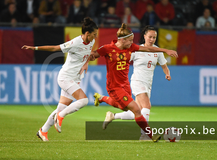 20181005 - LEUVEN , BELGIUM : Belgian Laura Deloose (M) with Switzerland's Folrijana Ismaili (L) and Geraldine Reuteler (R)   pictured during the female soccer game between the Belgian Red Flames and Switzerland , the first leg in the semi finals play offs for qualification for the World Championship in France 2019, Friday 5 th october 2018 at OHL Stadion Den Dreef in Leuven , Belgium. PHOTO SPORTPIX.BE | DIRK VUYLSTEKE