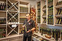 Croatia, Kvarner Gulf, Cres: deli shop 'Macmalic' offering local specialities as olive oil (own production), honey, wine, cheese at Cres' main square | Kroatien, Kvarner Bucht, Cres: Produkte der Insel Cres wie Olivenoel (aus eigenem Anbau), Honig, Wein, Kaese, Wurstwaren werden im Delikatessenladen 'Macmalic' am Hauptplatz von Cres angeboten, Macmalic bedeutet der gute Geist von Crest
