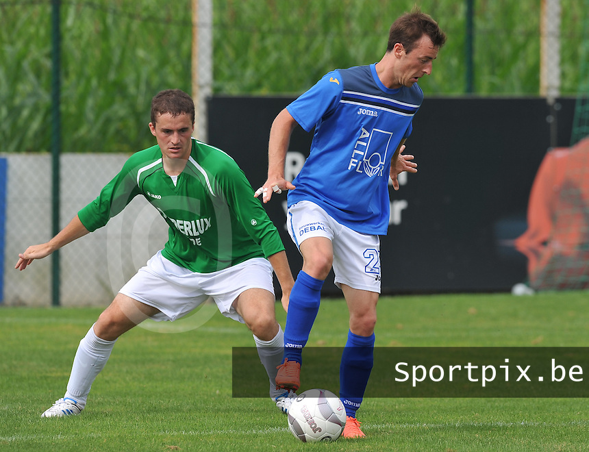 KSV De Ruiter - SV Voorde : Jan Verhelst aan de bal voor verdediger Michiel Hellebaut.foto VDB / Bart Vandenbroucke