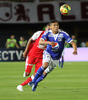 BOGOTA - COLOMBIA - 19 -06 -2013: Francisco Meza (Izq) jugador del Independiente Santa Fe , disputa el balón con Fredy Montero  (Der) de Millonarios   durante partido en el estadio Nemesio Camacho El Campín   de la ciudad de Bogotá , junio 19  de 2013. partido correspondiente a la segunda fecha de los  cuadrangulares semifinales F 1 de la Liga Postobon I. (Foto: VizzorImage / Felipe Caicedo / Staff). BOGOTA - COLOMBIA - 19 -06 -2013: Francisco Meza (Left) player Independiente Santa Fe, fights for the ball with Fredy Montero(Right Millionaires during party in the stadium Nemesio Camacho El Campin in Bogota, June 19, 2013. game for the second date of the quadrangular semifinals F 1 Postobon League I. <br /> VizzorImage / Felipe Caicedo / Staff