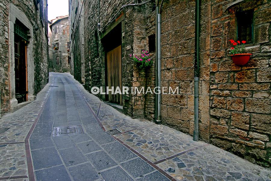 Rua e casas de pedra em Todi. Umbria. Itália. 2006. Foto de Luciana Whitaker.