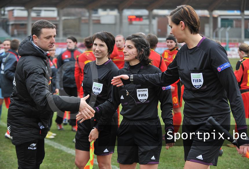 Belgium U19 - Switzerland U19 : Michelle O'Neill (IRL) ,. Riem Hussein (GER)   , Christina Jaworek (GER) with Belgian coach Ives Serneels (links).foto DAVID CATRY / Nikonpro.be
