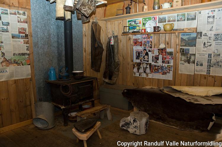 Interiør fra torvhytte på Grønland, typisk for tiden fram til ca. 1950 ---- Interior of old fashion Greenland hut