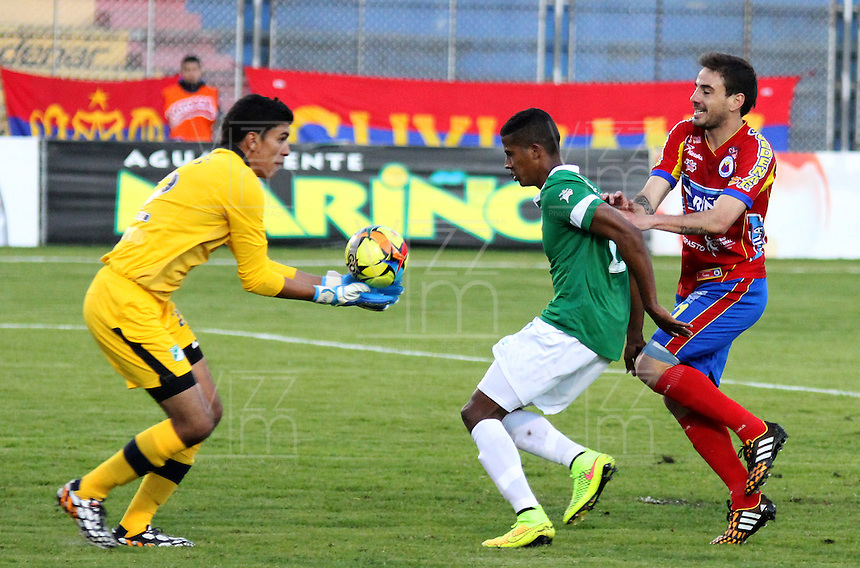 PASTO -COLOMBIA, 13-09-2014. Jose Silva (Izq), arquero del Deportivo Cali ataja un avance de Emanuel Molina (Der) jugador del Deportivo Pasto durante partido por la fecha 9 Liga Postobón II 2014 jugado en el estadio La Libertad de Pasto./ Jose Silva (L) goalkeeper of Deportivo Cali stop an advance of Emanuel Molina (R) player of Deportivo Pasto during match for the 9th date of Postobon  League II 2014 played at La Libertad stadium in Pasto. Photo: VizzorImage / Leonardo Castro / STR