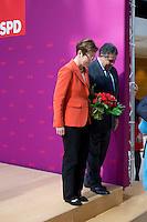 Die SPD-Spitzenkandidatin Heike Taubert und Bundeswirtschaftsminister und Vizekanzler Sigmar Gabriel (SPD) verlassen am Montag (15.09.14) in Berlin nach einer Pressekonferenz zu den Landtagswahlen in Brandenburg und Th&uuml;ringen die B&uuml;hne.<br /> Foto: Axel Schmidt/CommonLens