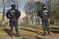 Zum 75. Jahrestag der Reichspogromnacht marschierten bis zu 200 Neonazis von der NPD durch die mecklenburgische Kleinstadt Friedland und protestierten gegen ein geplantes Fluechtlingsheim.<br />Mehrere hundert Gegendemonstranten demonstrieten lautstark gegen den Aufmarsch.<br />300 Polizeibeamte sicherten den reibungslosen Ablauf der NPD-Veranstaltung.<br />Im Bild: Polizeibeamte vor der geplanten Fluechtlingsunterkunft.<br />9.11.2013, Berlin<br />Copyright: Christian-Ditsch.de<br />[Inhaltsveraendernde Manipulation des Fotos nur nach ausdruecklicher Genehmigung des Fotografen. Vereinbarungen ueber Abtretung von Persoenlichkeitsrechten/Model Release der abgebildeten Person/Personen liegen nicht vor. NO MODEL RELEASE! Don't publish without copyright Christian Ditsch/version-foto.de, Veroeffentlichung nur mit Fotografennennung, sowie gegen Honorar, MwSt. und Beleg. Konto:, I N G - D i B a, IBAN DE58500105175400192269, BIC INGDDEFFXXX, Kontakt: post@christian-ditsch.de.<br />Urhebervermerk wird gemaess Paragraph 13 UHG verlangt.]