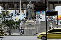"""RIO DE JANEIRO, RJ 18.11.2016 - SEGURANÇA-RJ - Após protestos dos servidores que acabaram em confronto contra as medidas de austeridade do Governo de Luiz Fernando Pezão, também conhecida como """"pacote de maldades"""", a Assembleia Legislativa do Rio de Janeiro (Alerj), no centro da capital fluminense, reforçou a segurança e aumentou o cerco feito com grades para impedir a aproximação de manifestantes.(Foto: Marcus Victorio/Brazil Photo Press)"""