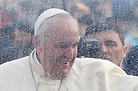 Papa Francesco saluta i fedeli al suo arrivo all'udienza generale del mercoledi' in Piazza San Pietro, Citta' del Vaticano, 26 novembre 2014.<br /> Pope Francis waves to faithful as he arrives for his weekly general audience in St. Peter's Square at the Vatican, 26 November 2014.<br /> UPDATE IMAGES PRESS/Riccardo De Luca<br /> <br /> STRICTLY ONLY FOR EDITORIAL USE