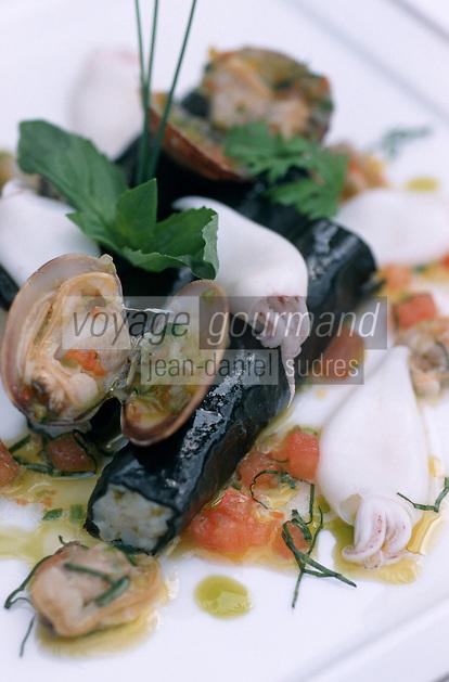 """France/06/Alpes Maritimes/Juan-les-Pins: Cannelloni de supions et palourdes, encre de seiche, jus de coquillages aux feuilles de basilic- recette de Christian Morisset Chef du restaurant """"la Terrasse"""" à l'Hotel Juana"""