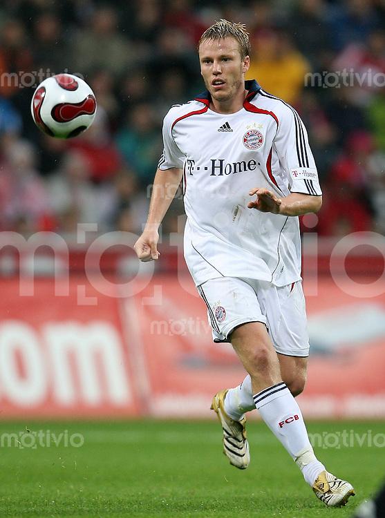 FUSSBALL  1. BUNDESLIGA  SAISON 2007/2008 Christian LELL (FC Bayern Muenchen), Einzelaktion am Ball