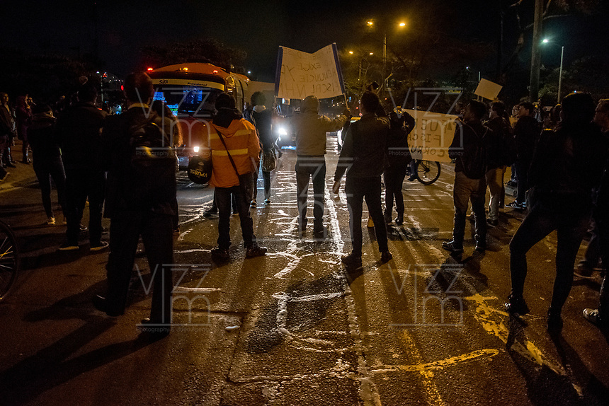 BOGOTA - COLOMBIA, 11-01-2019: Personas de todas las edades se reunieron en el bunker de la fiscalia exigiendo la renuncia del fiscal general Nestor Humberto Martinez. /People of all ages met at the bunker of the prosecutor, demanding the give up of the attonery general, Nestor Humberto Martinez . Photo: VizzorImage / Nicolas Aleman / Cont