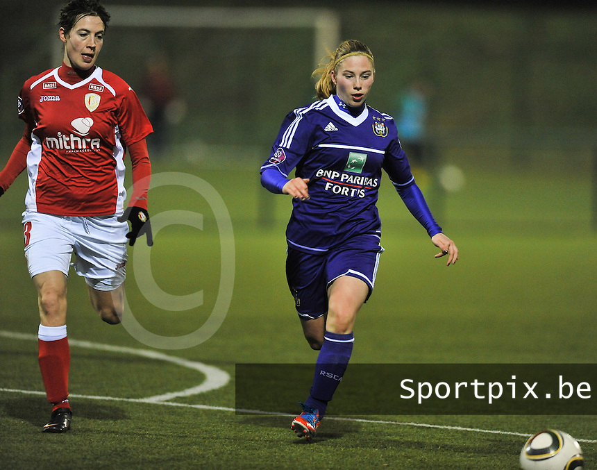 RSC Anderlecht - Standard Femina : Jana Coryn in de spurt voor Imke Courtois (links).foto DAVID CATRY / Vrouwenteam.be