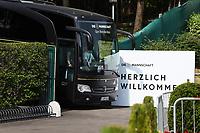 Mannschaftsbus kommt am Trainingsplatz an - 26.05.2018: Training der Deutschen Nationalmannschaft zur WM-Vorbereitung in der Sportzone Rungg in Eppan/Südtirol
