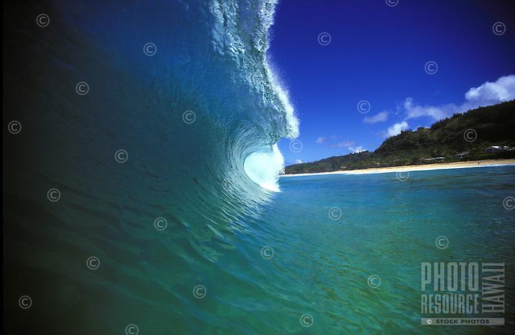 A nice turquois-blue wave at Ehukai beach along the north shore.